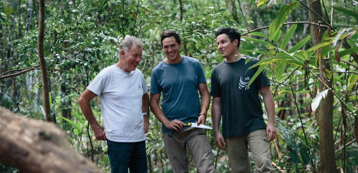 熱帯雨林の敷地内を歩くジム・マッキュワン、エディ・ブルック、ウィル・ブルック  写真提供:ケープ・バイロン・ディスティラリー